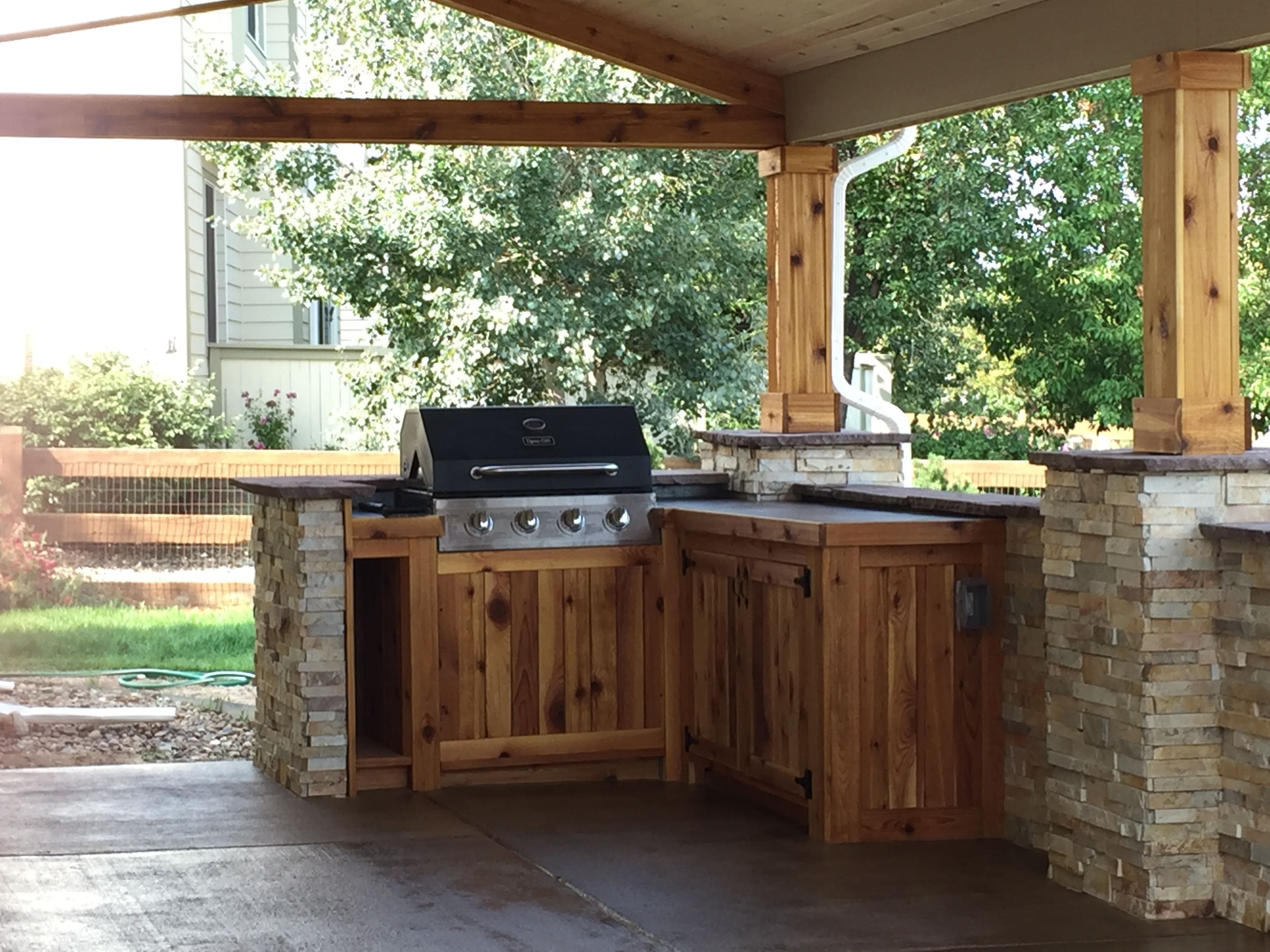 Project Profile of Norstone XLX Series Aztec Stacked Stone Veneer used in an outdoor kitchen