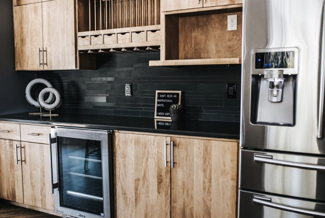 Norstone Ebony Lynia Interlocking Natural Stone Tile featured on a kitchen backsplash project in Spokane, WA