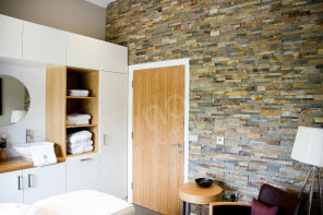 Stone Veneer Bathroom Feature Wall